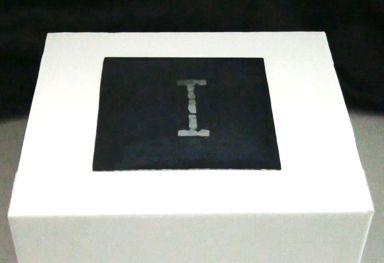 大阪大学大学院情報科学研究科の伊藤雄一招へい准教授らの研究グループは、鏡面状平板表面の温度分布を制御することにより、結露をピクセルとして用いて情報を提示するディスプレイ(Ketsuro-Graffiti)を開発しました。このディスプレイを用いることにより、仮想空間に存在する情報を、人の存在する現実空間に結露として生成することができ、情報に直接触れて感じることが可能となります。環境条件から求められる露点とディスプレイ表面の温度差を制御することにより、結露の生成と消滅を制御するだけでなく、その階調値(濃淡)を制御することが可能です。被験者実験により、9段階の濃淡を表現可能であることがわかりました。また、人が触れた際の温度変化をセンシングすることにより、ディスプレイ表面へのタッチを検出することが可能です。人が近づいて触れたくなるデジタルサイネージや、環境に溶け込んで情報提示するアンビエントなディスプレイとしての応用が期待されます。本研究成果は、2016年9月30日発行の日本バーチャルリアリティ学会論文誌VOL.21…