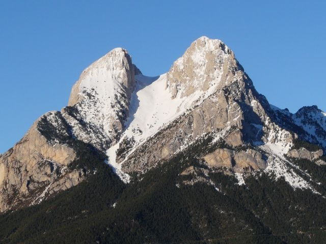 El Pedraforca. Monte situado al norte de la comarca. Está entre dos pueblos con muchos encantos, Gòsol y Saldes.