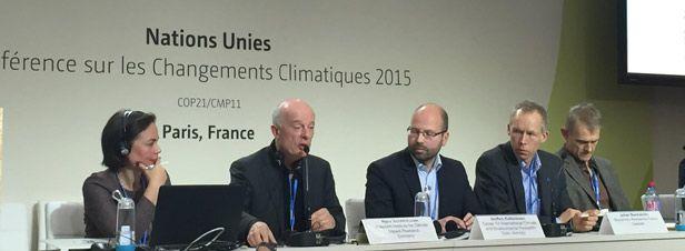 Les énergies fossiles, grandes absentes du texte... http://www.actu-environnement.com/ae/news/accord-cop21-paris-climat-scientifiques-25873.php4