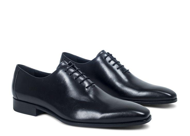 Chiquissime, le richelieu VASSILI est un indispensable du vestiaire masculin. Vous apprécierez son cuir lisse de qualité et ses détails soignés. Entièrement réalisée en cuir, cette chaussure homme se fait résolument élégante, aussi bien avec un jean qu'av