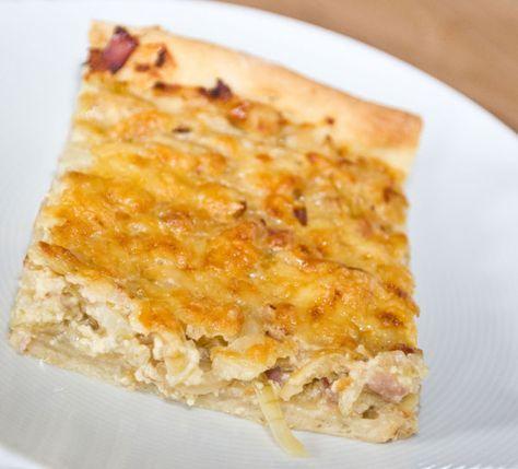 Einfacher Zwiebelkuchen mit Speck und Käse