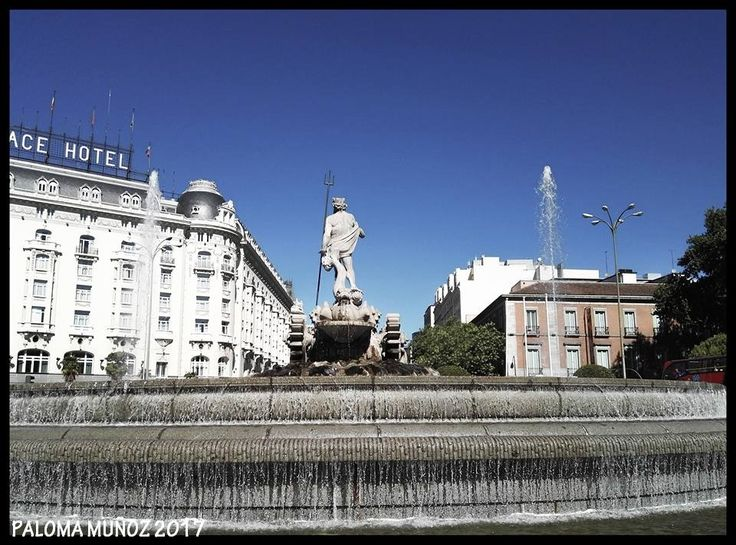 Plaza de Neptuno con la famosa fuente y al fondo, la Carrera de San Jerónimo y el hotel Palace. Neptune square with the famous fountain and in the background, the Carrera de San Jerónimo and the Palace Hotel