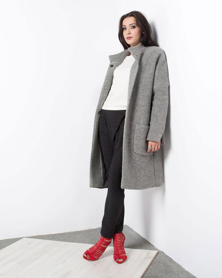 Szary wełniany oversizowy płaszcz. Grey oversize woolen coat.