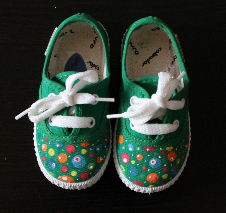 """Zapatillas verdes """"Planetas"""". Este modelo de zapatillas está disponible en más colores. Mira todos nuestros modelos en la web de Lolitaluna: http://lolitalunakids.com/zapatillas/"""