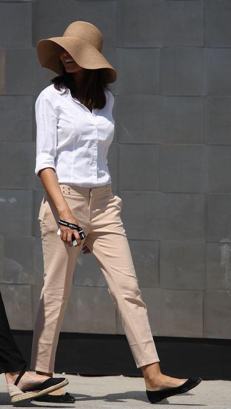 ミラノ、N.Y.を中心とした、オシャレ上級者の宝庫である海外のファッションストリートから、30代・40代の大人の女性が参考にできる、ハイセンスなマダムたちをSNAP。そこから、洗練の着こなしが際立ったマダムを厳選! 品格のある大人コーデのポイントを読み解き、着こなしテクニックや旬の装い、小物選びのポイントまで掘り下げて考察します。シリーズ第1弾のテーマは、「ヌードカラー」。着こなしのコツを読み解いて、今すぐ洗練マダムの仲間入りを果たしましょう!