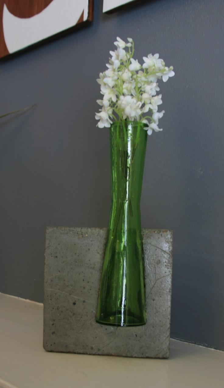 DIY beton und vase. geschenkidee für blumen. Concrete and Glass Vase. $35.00, via Etsy.