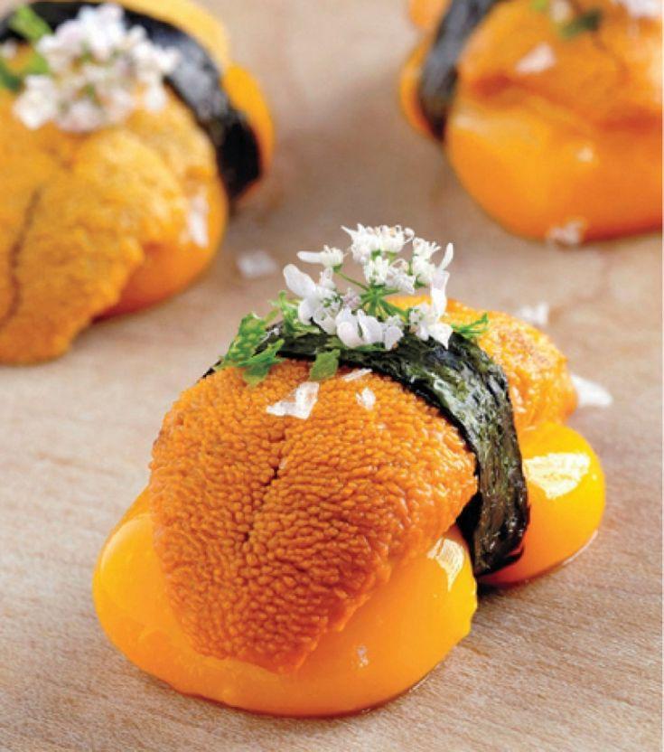 Nigiri líquido de mango y erizo de mar, un bocado que explosiona en boca inundándola del sabor del mar y el dulzor de una fruta tropical.