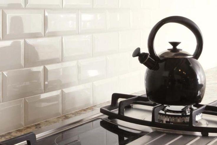 Не следует забывать, что белый кафель замечательно соседствует с плиткой и мебелью различных расцветок, но в одном интерьере их не должно быть более трех. В противном случае, даже самый идеальный порядок потеряется в хаосе ярких пятен. В противовес этому хочется сказать и о том, что белая плитка в единственном исполнении тоже – не самый лучший вариант, одноцветный интерьер кажется слишком упрощенным, бледным и несколько больничным. #White #Kitchen #Tile #tileexpert