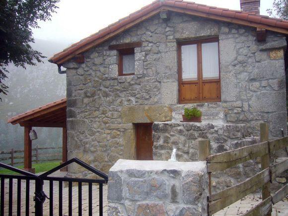 Alquiler de casa rural Campo de la Rosa en Riotuerto, Cantabria. Cabaña de piedra totalmente reformada, con dos plantas y capacidad para 4/6 personas. Dispone de dos dormitorios, cocina, baño. aseo y salón comedor con chimenea. Todo ello ubicado en una finca de 2000 m2 con porche, barbacoa y muebles de jardín. Situada a 4 Km. del centro de La Cavada y a 7 Km. de Liérganes. #cocinasrusticaspiedra #casasrusticasdepiedra