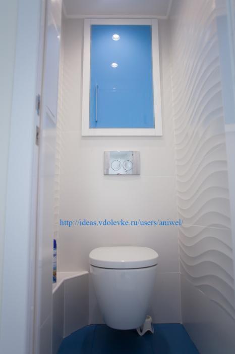 Бело-голубой санузел, подвесной унитаз, отделка шкафчика в туалете