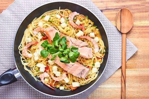 Если вы любите рыбы и морепродукты, но при этом очень неравнодушны к сыру, то рецепт пасты с креветками, лососем и «Скаморцей Лефкадии» как раз для вас
