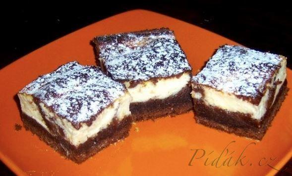 Potřebné přísady:  První těsto  1 prášek do pečiva 2 hrnky hladké mouky 1 hrnek cukru krupice 1 hrnek mléka 1/2..( 3/4 ) hrnku oleje 2 celá vejce 2 lžíce kakaa citronová kůra  Druhé těsto  2 tvarohy (250g) 1 vanilkový cukr 1 vanilkový puding 1 hrnek cukru moučka 2 celá vejce 1hrnek mléka.