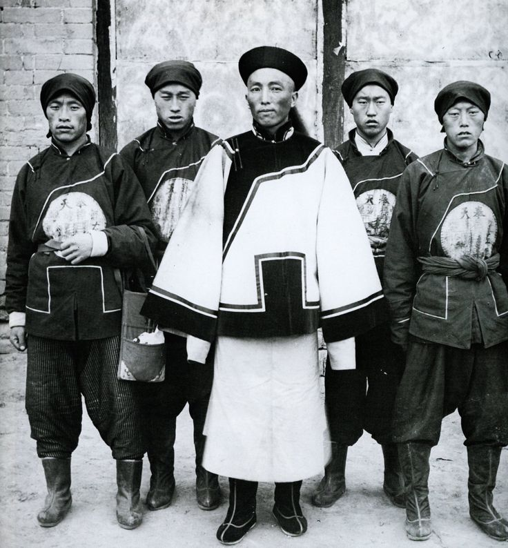 A Qing Dynasty military officer standing with his soldiers.