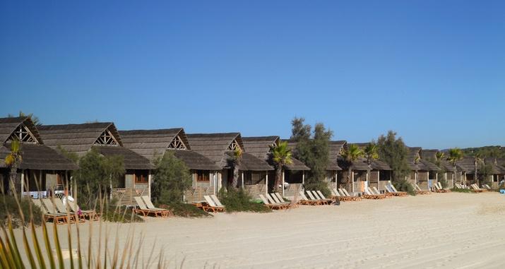 """Frankrijk- the place to be aan de Franse kust - mooi strand, jetset  kijken maar ook relaxed met kids - huisjes aan strand zijn uniek maar vallen door de prijs in de categorie """"luxe""""-Kon Tiki Hutte, Riviera Villages, Ramatuelle,"""