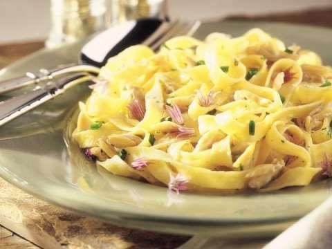ADOPTÉ! - Fettuccine en Sauce aux Palourdes - Modifications: 3 échalottes grises, 6 gousses d'ail, jus des cannes de palourdes, 1/2 tasse de vin blanc, monté d'une pôelée de champignons.