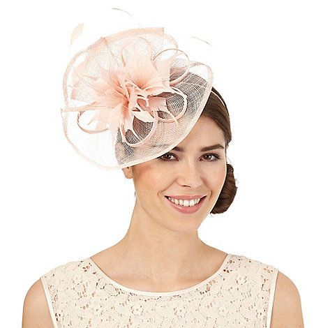 This sophisticated fascinator from Debut is perfect for special occasions. In a light pink hue, this elegant headpiece offers a soft feather trim with a mesh swoop design finished on a comfortable headband.