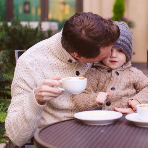Los papás de hoy en día han roto todos los estereotipos a su alrededor, la crianza y cuidado de los pequeños ya no recae completamente en lasmamás, ahora ellos se han involucrado mucho más pero aún no se les reconoce todo lo que hacen. Lo creas o no, hoy en día un papá moderno hace …
