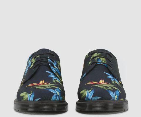 Dr. Martens in canvas con stampa Hawaiana vintage ispirata allo stile surf americano degli anni '80. La classica scarpa a tre fori  combina  lo stile britannico con quello americano retrò. http://www.fabbri-fashion.com/it/scarpe/861-drmartens.html