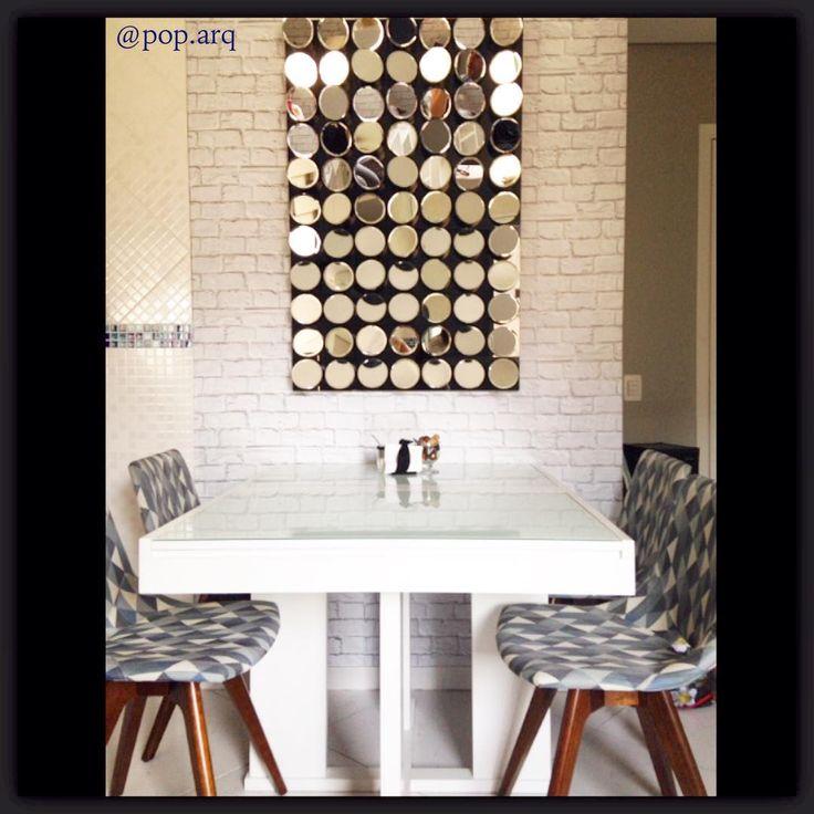 Eba! Instalamos o quadro de espelhos na sala de jantar integrada ao living!  os espelhos remetem à retrovisores de moto antiga e compõem com o ambiente vintage. #espelho #design #vintage #saladejantar #living #papeldeparede #tijolinho #arquitetura #arquiteturadeinteriores #decor #homedecor #instaarq