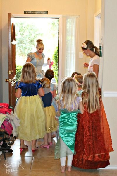 Princess scavenger hunt and other activities for a Princess Party! This would be so much fun, I think if Ana was a little bigger we would do this, or something close to it.