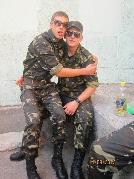 Парни геи в военной форме