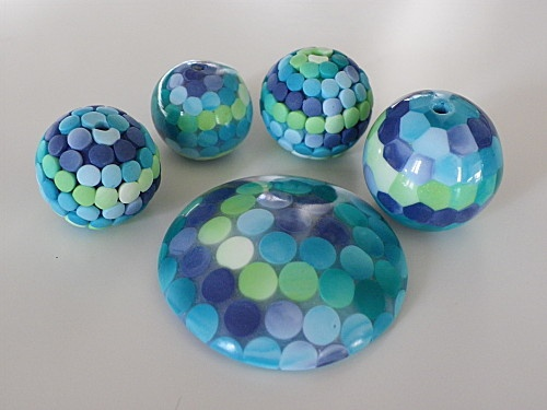 Making faux mini-mosaics from Bounette (in French) using a ballpoint cap. go to http://bounette.over-blog.fr/5-index.html The directions are spread over 3 posts between Feb 14-18, 2013. #Polymer #Clay #Tutorials