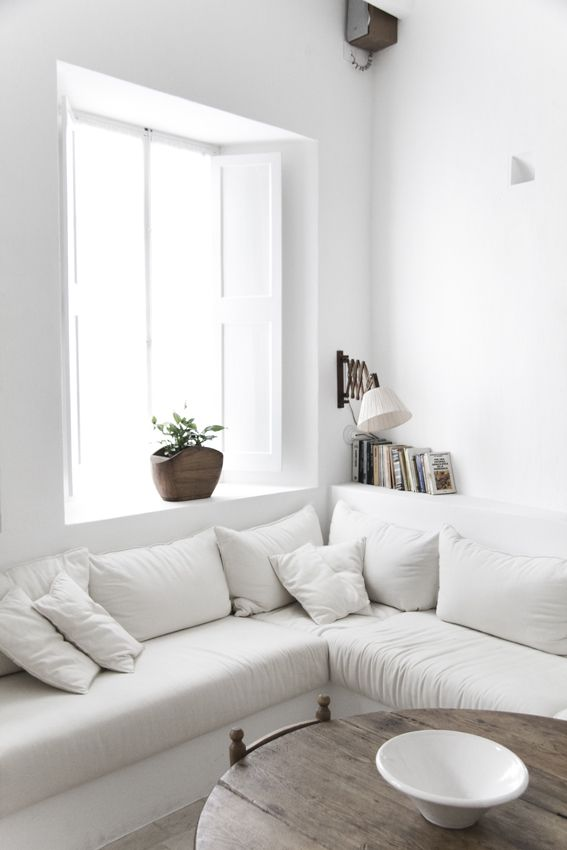 ♥ the white sofa.. but totally not practical when u have a baby..