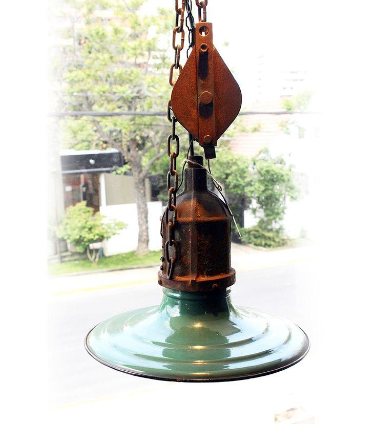 LÁMPARA INDUSTRIAL  Antigua lámpara colgante de galpón industrial enlozada. Esta excelente pieza industrial puede ser parte de su comedor.