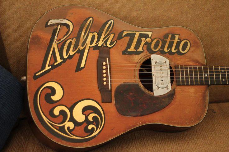 """クーダーが私たちの雑誌の表紙、1960年マーティンD-18以前は(他の?)ラルフTrottoが所有する上で保持しているギター。 Trottoは、インディアナ州に拠点を置くブラインドゴスペルミュージシャンでした。 ピックアップはポール・ビグスビーはもともとギブソンF-12のマンドリンにインストールされていた元ビグスビーピックアップです。 """"あなたはそのようにビートだこの事を通して雑誌を読むことができ、「クーダー氏は述べています。 写真:ジェイソンベルリンド"""
