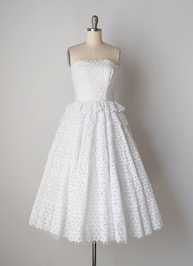 Vintage jaren 1950 geschulpte oogje lace strapless jurk. Witte katoen oogje met uitgebeend bovenlijfje en kant metalen rits. Trapsgewijs geschakeld lace rok met bijgevoegde tulle crinoline voor volheid.  FORMAATGREPEN Past als: x-small Bust: 32-inch Taille: 26 Heupen: gratis Lengte: 41  VOORWAARDE Uitstekend  LABEL/MAKER Cotillon  WINKEL http://www.cutxpaste.etsy.com  VOLG ONS + instagram | cutxpaste + website | www.cutxpaste.com + twitter | cutxpaste  Meer informatie over verzending…