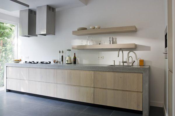 reforma cocina con mueble de obra acabado microcemento, puertas de madera sin tiradores, módulo adicional para electrodomésticos y almacenaje.