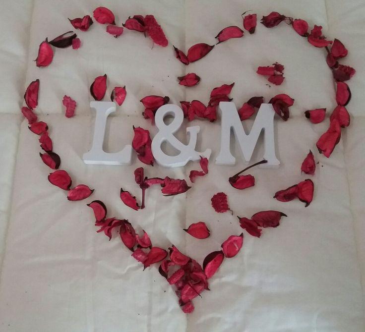 Con petalos de rosas... forma un corazón con ambas iniciales y prepárate para una linda velada.