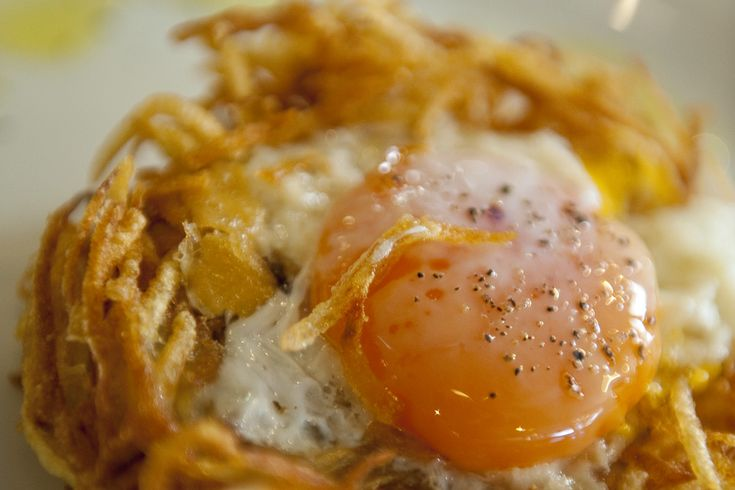 Αβγά με πατάτες του Base Grill: η κολασμένη συνταγή Πηγή : Andro.gr [ http://www.andro.gr/geusi/eggs-with-potatoes/ ]