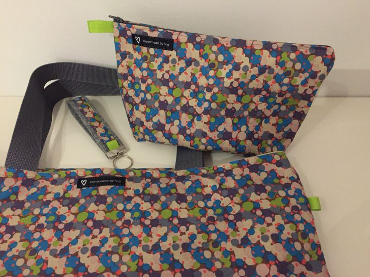 Toilettaske, taske og nøglering sæt, super gave ide, har puttet limegrøn hørvoksdug indvendig så tasken er vendbar
