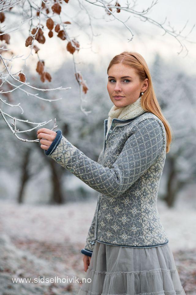 Stella Kofte / Stella Jacket Design: Sidsel J. Høivik / sidselhoivik.no  Photo: Anne Helene Gjelstad  Model: Stine Kolstad http://www.sidselhoivik.no/produkt/garnpakker/med-oppskrift/stella-kofte