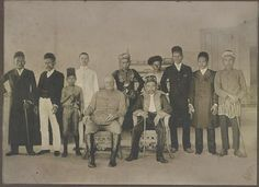 [Major Hugh Scott, Military Governor of the Sulu Archipelago, Philippines, Sultan Jamalul Kiram II, interpreter Charles Schuck, and local government officials and hadjis, dressed to call on Governor General Luke Edward Wright]