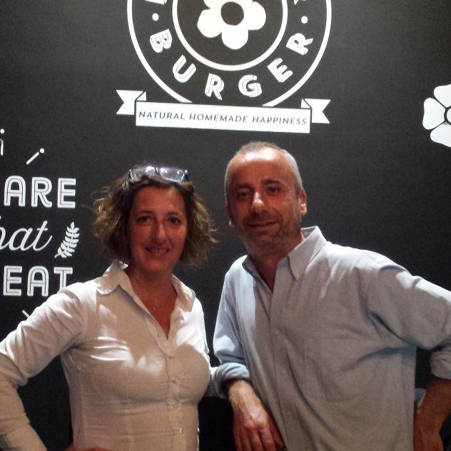 Lo scorso mese sono stata al Flower Burger a Roma, in via dei Gracchi 87, dove ho incontrato Rosalia Imperato e conosciuto Fabrizio che gestisce il locale. E' la prima veganburgheria gourmet d'Ital…