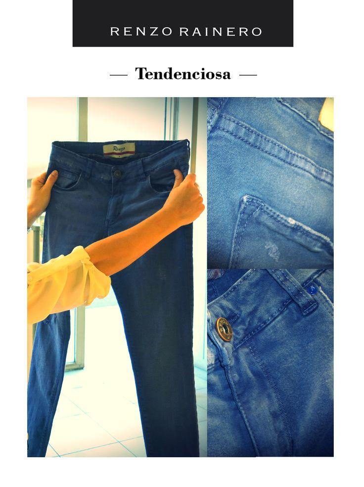 """Renzo jean azul. """"Dentro de los jeans, sale de lo común tanto por el color como por los detalles. Es como desgastado y tiene un proceso de envejecimiento a propósito. Te da toda la funcionalidad que tiene esta prenda, que te lo podés poner de día, con un atuendo sport, un poco más formal, o para la noche. Con diferentes prendas y accesorios, lo transformas para la ocasión que sea. A la vez, tiene otra textura y un corte que va muy bien con el tipo de silueta que se usa""""."""