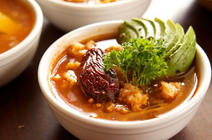 Aprende a preparar esta fácil receta del Caldo tlalpeño rojo tradicional con garbanzos. Ideal para los días fríos o especiales como las Fiestas Patrias.