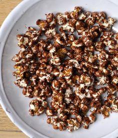 Pop-Corn chocolat, épices et fleur de sel : 90g grains de maïs, 90g chocolat noir, Fleur de sel, quelques pincées piment d'Espelette ou épices, 1 cs huile olive. Chauffer huile ds sauteuse sur feu moyen-vif. Ajoutez maïs, mélangez, couvrez. Les grains éclatent au fur et à mesure. Quand vs n'entendez plus de « pop », c'est prêt. Faites fondre chocolat. Quand pop-corn est prêt, versez ds 1 bol, faites couler chocolat sur pop-corn, mélangez avec 1 fourchette. Ajoutez fleur de sel, épices…