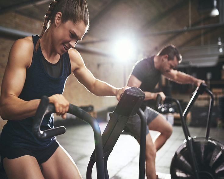 """Wenn man Sportler nach ihren Zielen fragt - sei es der erfahrene Amateursportler oder der unerfahrene Neuling – tauchen meistens zwei Begriffe auf: Kraft und Ausdauer. """"Ich will kräftiger werden"""" und """"Ich will meine Ausdauer verbessern"""" sind mit die am meist verbreiteten Ziele. Kraft steht dabei oft exemplarisch für Masseaufbau, Ausdauer für Fettverbrennung und Gewichtsverlust. Oft wollen Personen auch beides gleichzeitig erreichen. Doch lassen sich diese zwei scheinbaren Gegensätze im…"""