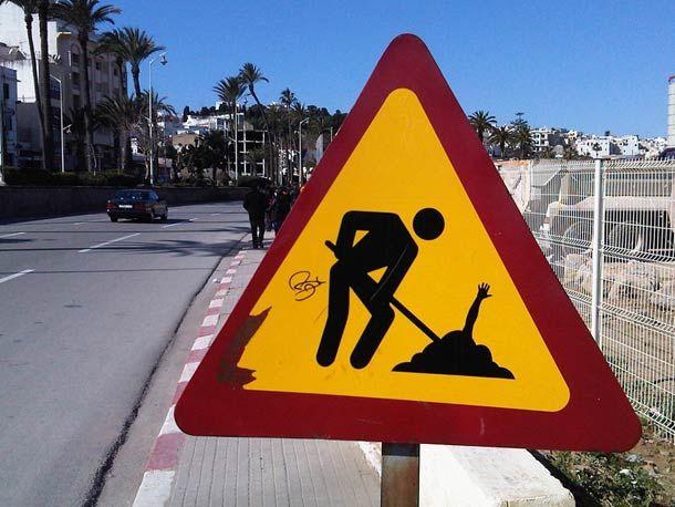 détournements de panneaux de signalisation, signée cette fois par l'artiste français Jinks Kunst. Du street art sur le thème des sports extrêmes, transformant les dos d'ânes et autres panneaux en modules de skatepark pour skateboard, BMX ou snowboard… J'adore !