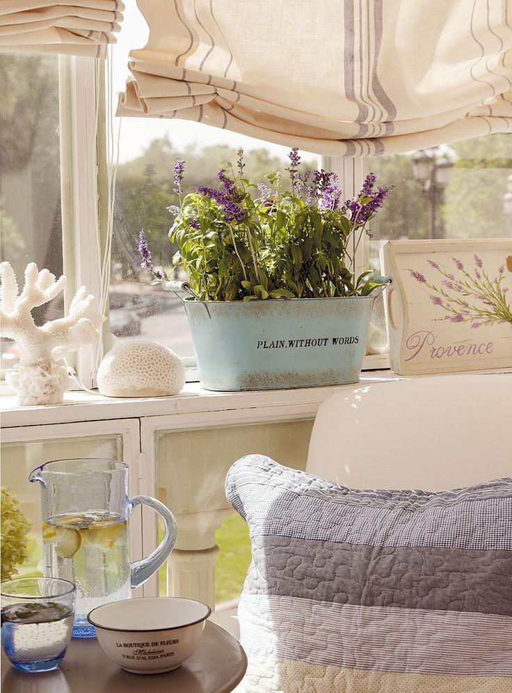 Idea maceta y bandeja. Detalle de las ventanas que cubren la verja. Idea para cerrar el porche. Especial Primavera: 25 ideas que alegrarán tu casa · ElMueble.com · Escuela deco