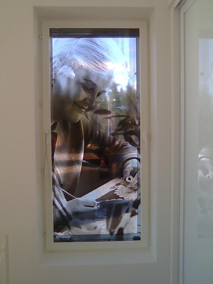 Valokuva painettu ikkunalasiin
