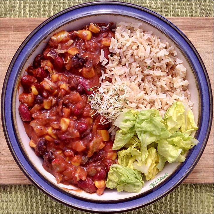 dupla babos Chili con veggie (gluténmentes, tojásmentes, laktózmentes, vegán) / Recept / vörösbab, fekete bab, kukorica, hámozott paradicsom konzerv, vöröshagyma, fokhagyma, bazsalikom, friss chili, barna rizs, saláta