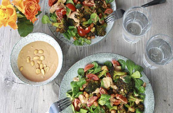 Broccolisalat med peanutdressing