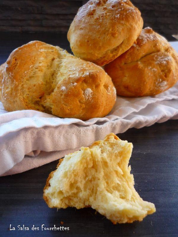 Pour 6 petits pains : 350 g de farine / 1 sachet de levure de boulanger chimique / 1 cuillère à café de sel / 200 g de lait / 1 oeuf / 50 g d'huile / 1 cuillère à café de sucre Préchauffez votre four à 180°C. mélangez la farine avec la levure puis ajoutez le sel, le lait, l'huile, l'heure et le sucre. Pétrissez bien, ajoutez au besoin un peu de farine ... Séparez la pâte en 6 pâtons et déposez-les sur une plaque recouverte de papier cuisson . Entaillez, saupoudrez éventuellement ...