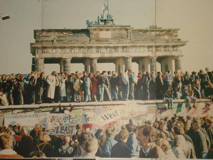 """Alain Raap: """"Deze foto die ik maakte in het museum Haus at Checkpoint Charlie, gaat over grenzen verleggen en verkennen door de Oostduitsers zelf die de Muur beklommen bij de Brandenburger Tor toen deze viel . Een groot feest barstte los op het plein op 9 november 1989. Na 28 jaar mochten ze weer in vrijheid de grens oversteken, een bijzonder moment. Er was geen angst voor en repressie door het leger en de grenspolitie meer."""" #ideeënsafari"""