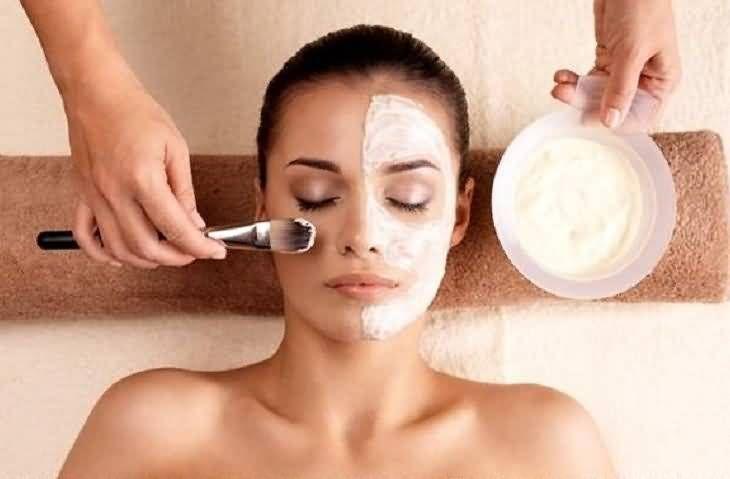 Ξεχάστε το ξόδεμα χρόνου και χρήματος σε ακριβά spa και στούντιο αισθητικής. Το μυστικό για τέλειο δέρμα βρίσκεται πολύ κοντά σας και πιο συγκεκριμένα στην κουζίνα σας! Φροντίστε τον εαυτό σας με αυτές τις απλές, σπιτικές μάσκες προσώπου.    1. Μάσκα με μπανάνα