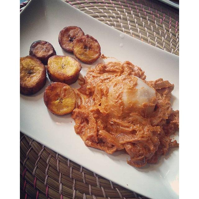 [SemaineàThème] : 1ère recette du thème Afrique ✈- La sauce mafé au poulet  pour accompagner le foutou d'igname ! La recette des bananes plantons frites sera publiée demain! Rdv tous les jours de cette semaine pour découvrir la suite. Lien du blog dans ma bio insta.  Produits achetés chez @togo_exotique  #Paris#RueDejean #afrocooking #africanrecipe #Senegal #Togo #Bénin #recetteafricaine #Afrique #Africa